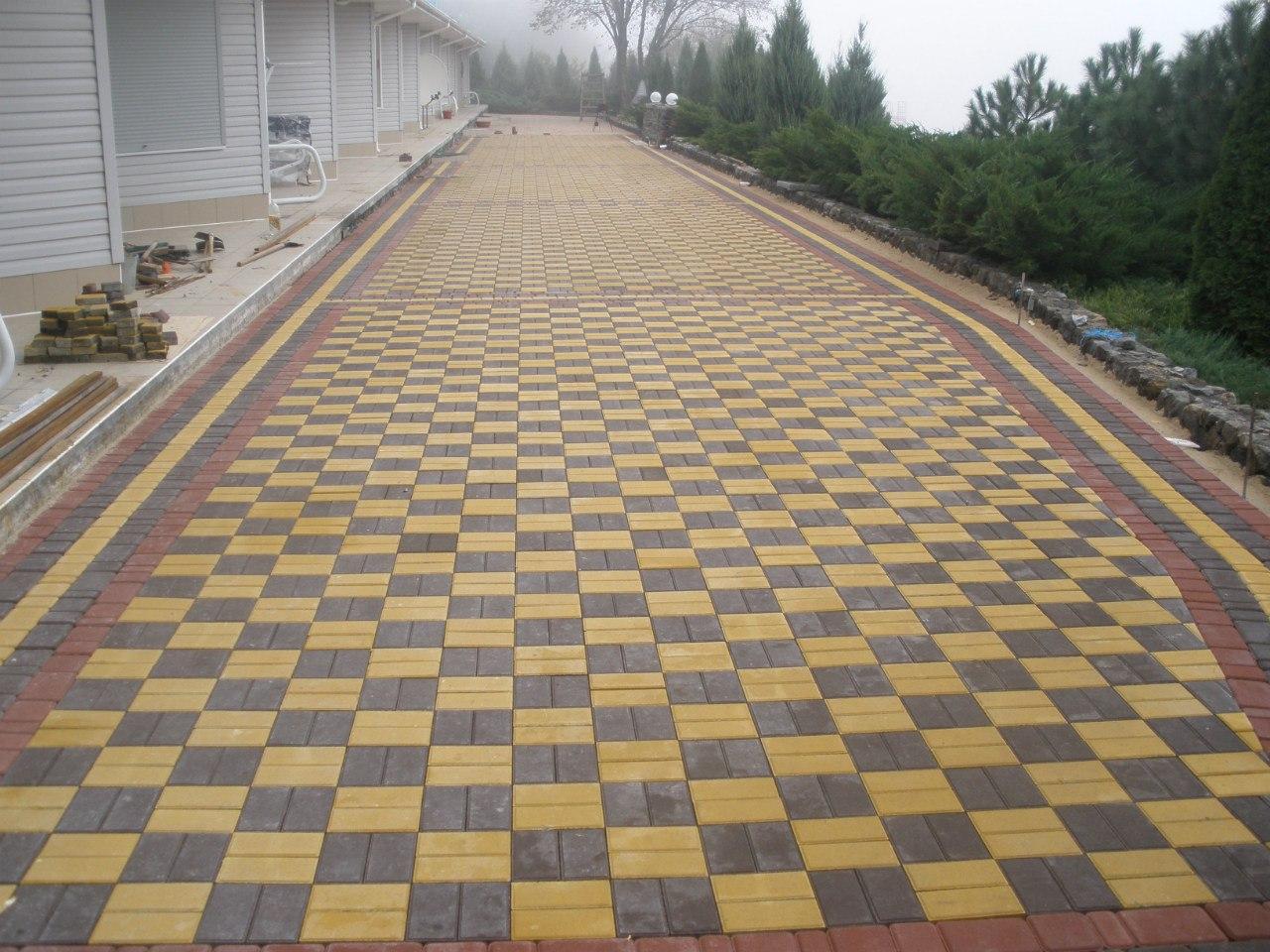 Фото укладки тротуарной плитки брусчатки двух цветов