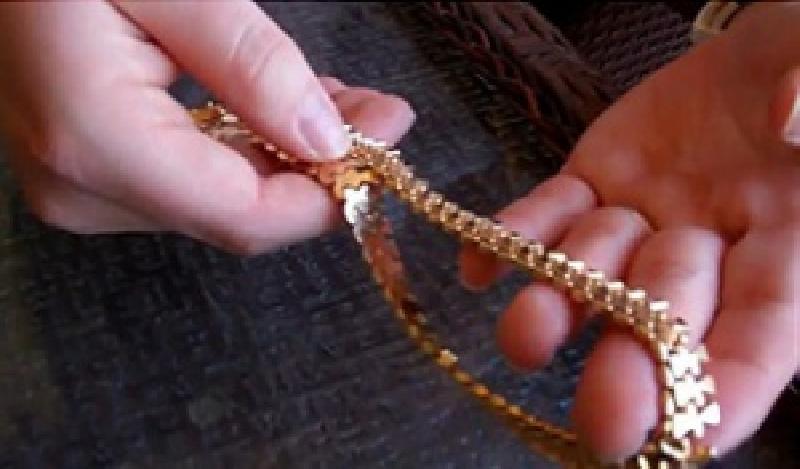 В Красноярске пуля киллера, напавшего на бизнесмена в подъезде дома, отрикошетила от золотой цепи на шее жертвы